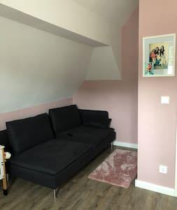 Eigene abschließbare Zimmer mit Kommode