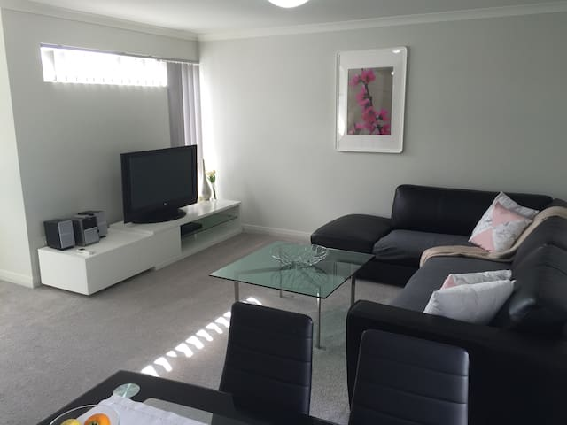 As new upper floor apartment - Hamersley - Flat