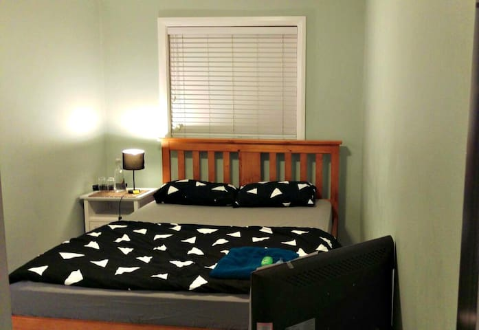 Cozy Room for Couples/Ladies in Family Environment - Queanbeyan - Byt