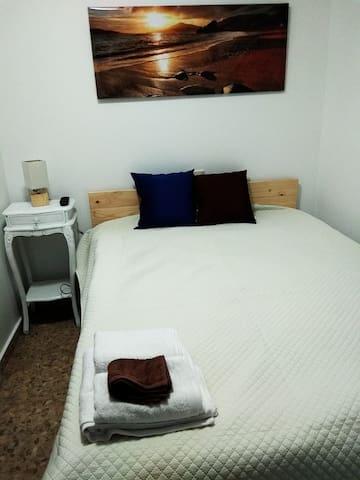 Habitación c/cama matrimonio y baño San Vicente