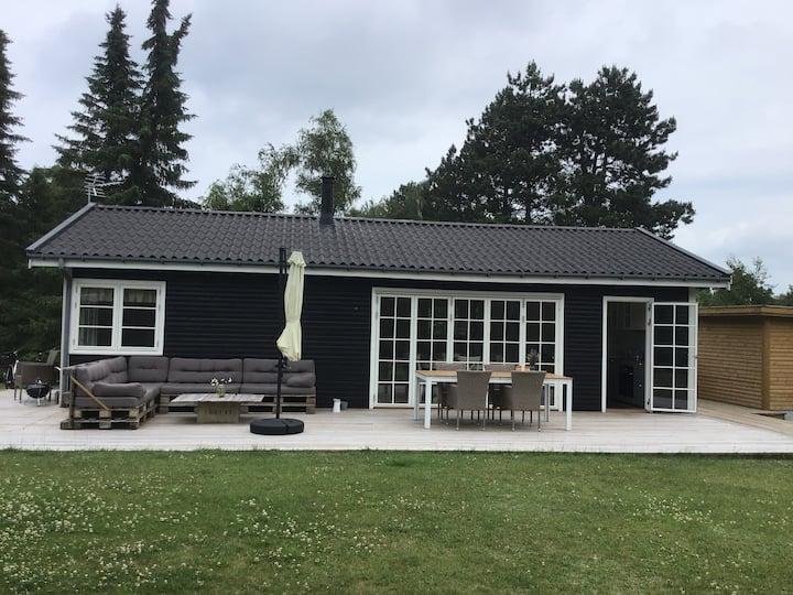 Sommerhus med gammel hyggelig have i Liseleje