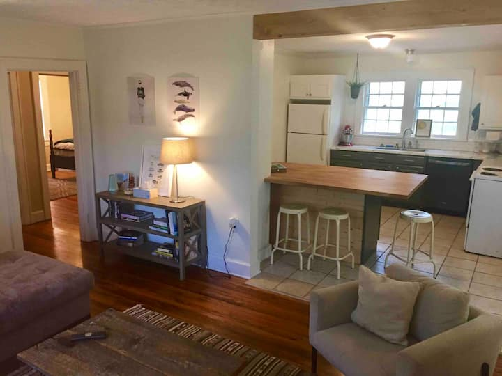 Cozy home, 5 minutes to downtown!
