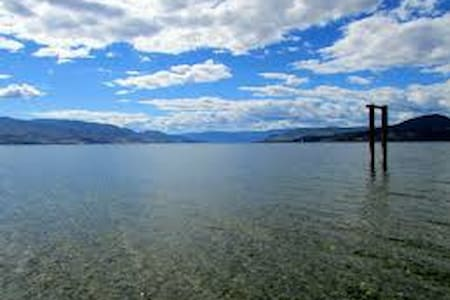 Your own bathroom, steps from lake, canoe, cycles - Kelowna - Huis