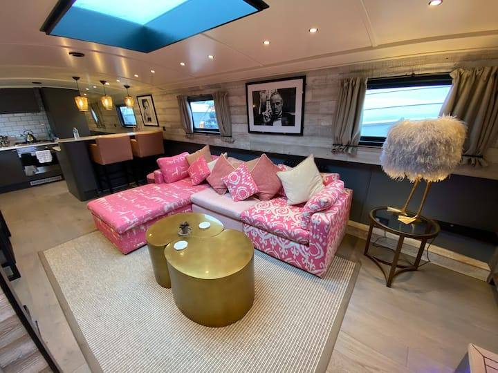 FLOATING HOME ON THE RIVER THAMES