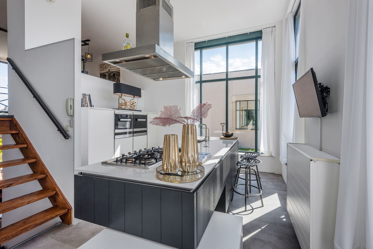 Our beautiful high-end kitchen with all the equipments you need! Double ovens (steam and hot air) dish washer, hot water tap, 6 burner gas stove, SMART TV with netflix. Georgious high windows and ceilings and large balcony attached!