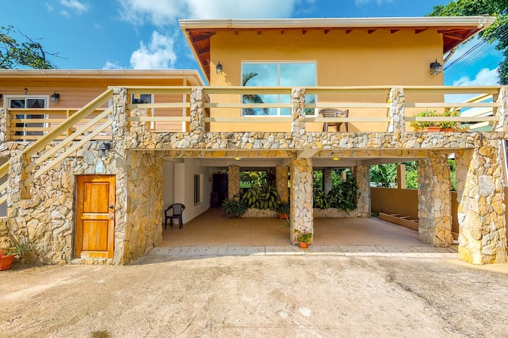 Luxury apartment w/ a private lanai, private beach access, & 24-hour security!