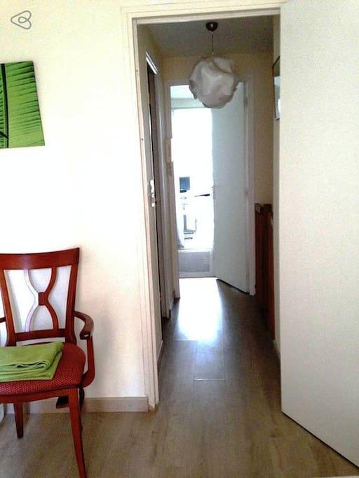 From Room 2 to room 1, corridor with bathroom and staircase/ de la chambre 2 vers la chambre 1, couloir avec Salle d'eau et escalier