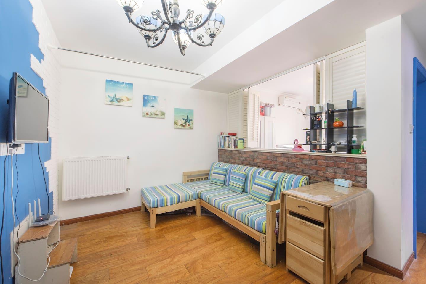 客厅(沙发,餐桌,网络电视,暖气)
