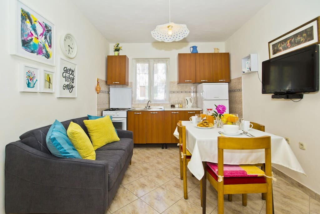Fully equipped kitchen with a dining table, sofa and SAT/TV