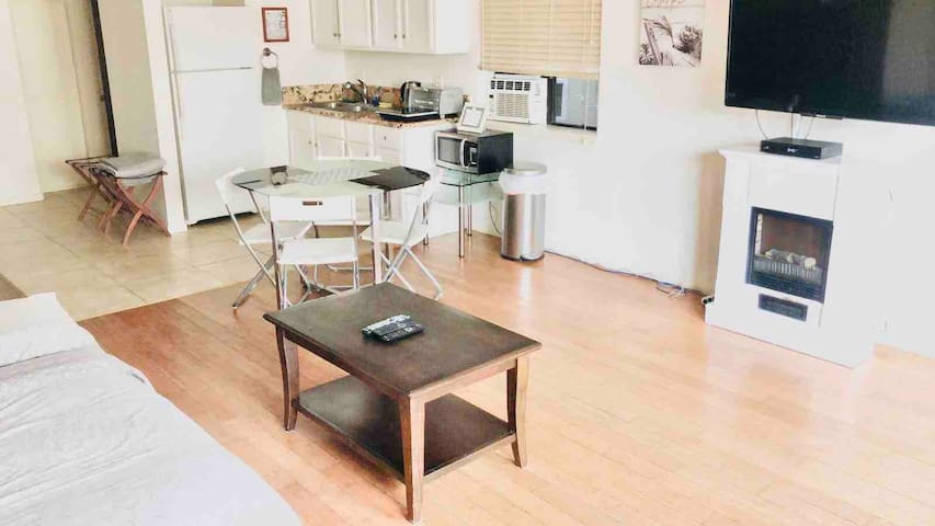 HUGE Studio 2 mins from the Sand w. Patio, Parking