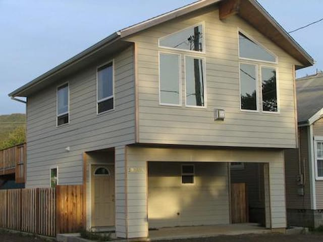 Newer 2 level House; Steps to Beach - Rockaway Beach - House