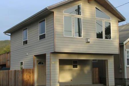 Newer 2 level House; Steps to Beach - Rockaway Beach