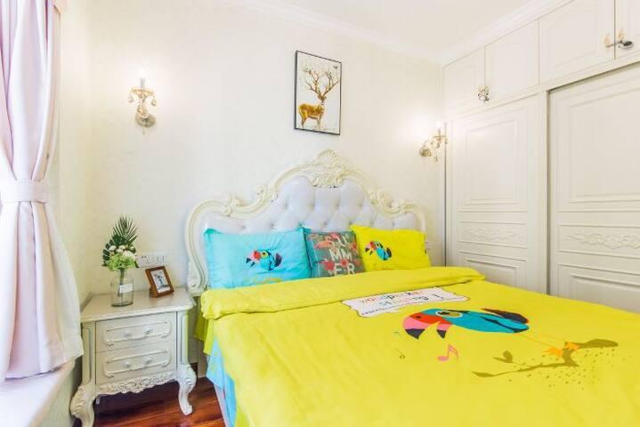 主卧1米8的乳胶大床舒适入睡。