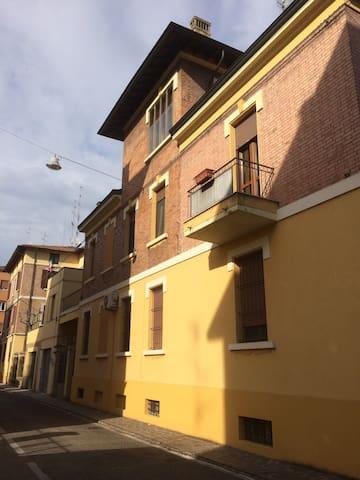 Ampia matrimoniale parco Ferrari - Modena - Hus