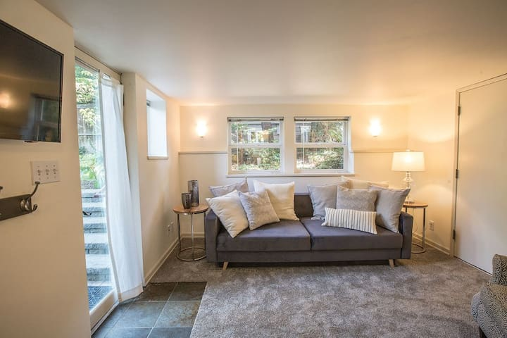 Light, Stylish Suite in Private Phinney Home