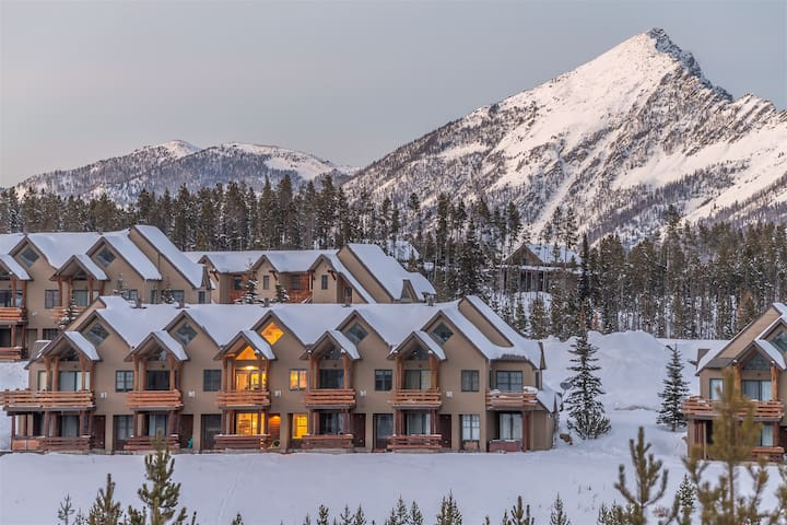 Saddleridge Slopeside Retreat - Ski-in/Ski-out, Hot Tub, New Listing!