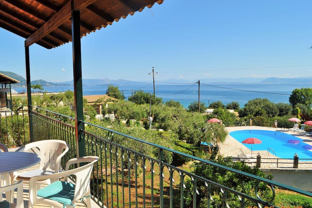 Beispiel  Blick vom Balkon auf Pool und Garten