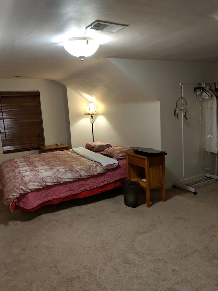 Spacious queensize bedroom near Delmar & 中国城