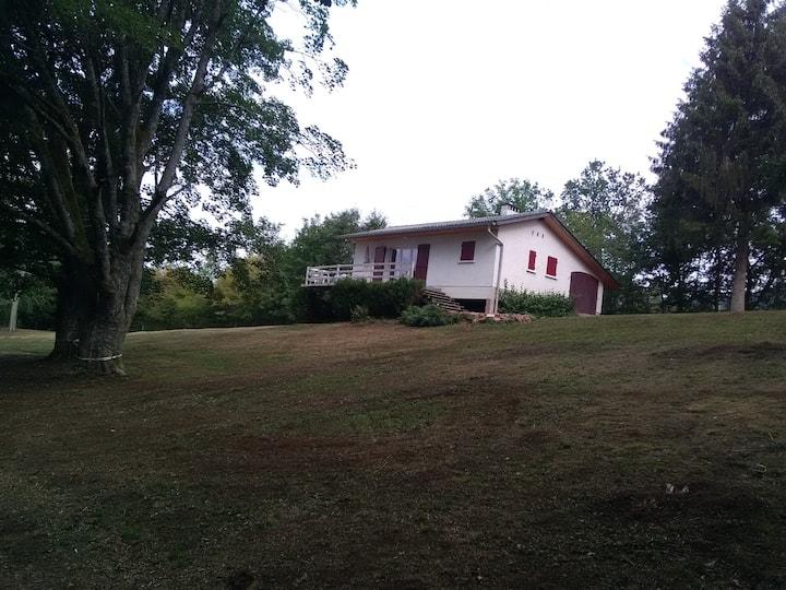 Maison de vacance au calme sur plombant le village
