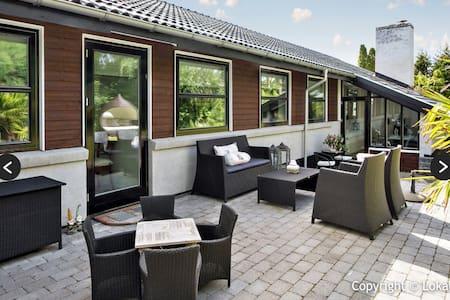 Fantastisk bolig med god beliggenhed - Stenløse - Дом
