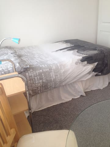 Double room near tube station - White room