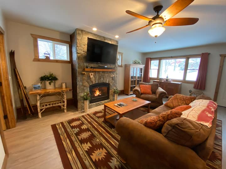 Spacious New Couple's Cottage - Walk to Lake + DT