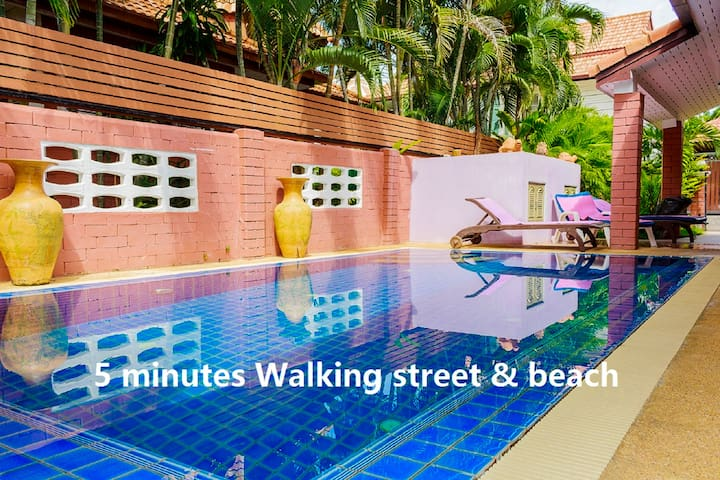 Villa C 4 Bedroom 5 minutes Walking street & beach - Pattaya - House