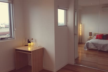 Spacious room in Modern City Townhouse, w/ views! - West Melbourne - Townhouse