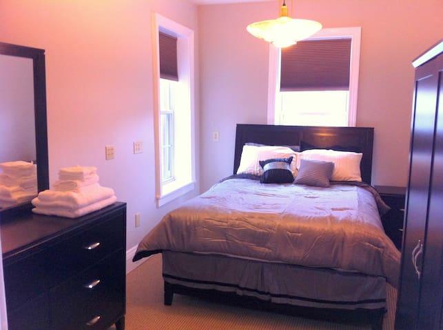 Bedroom#2 with queen size bed  (new bedroom set)