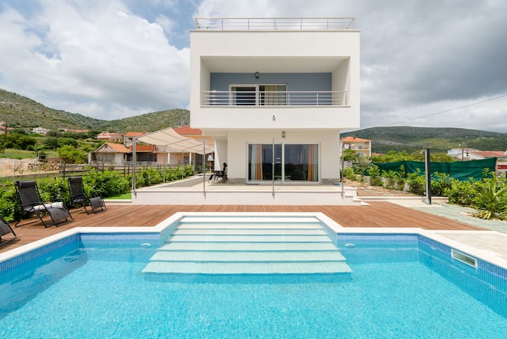 Design Villa With Heated Pool 10min From Beach