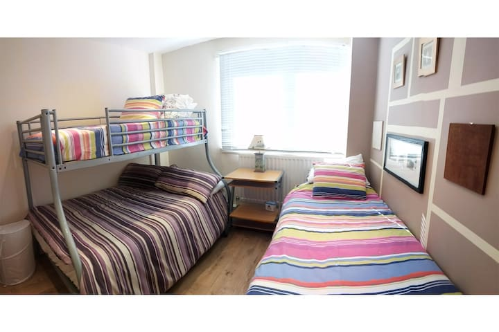 Cosy family/group room in centre, opp Leazes park