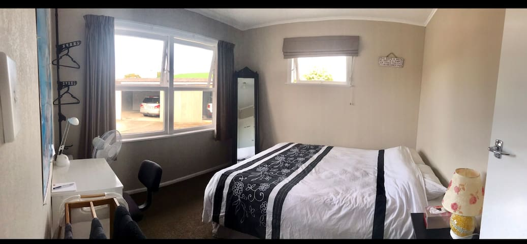 3 min to Hospital, Private room, Queen bed, tidy!
