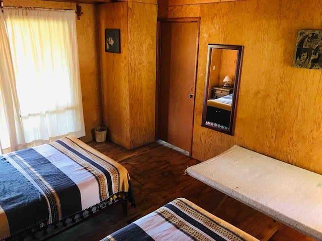 Este compartimiento cuenta con dos camas matrimoniales y un tipo catre típico de la región del istmo de Oaxaca.
