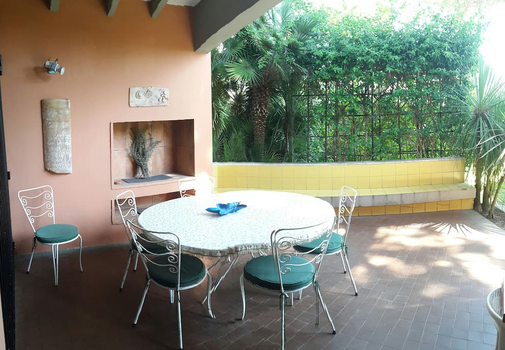 Altra foto del patio in muratura con barbecue ingresso principale al salone