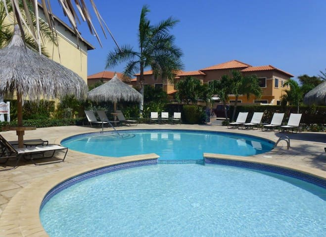 ☆ 3 BR townhouse 2 min to beach ☆