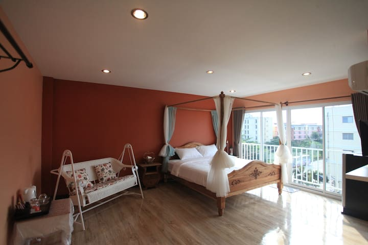 Spacious bright balcony room 15mins to airport