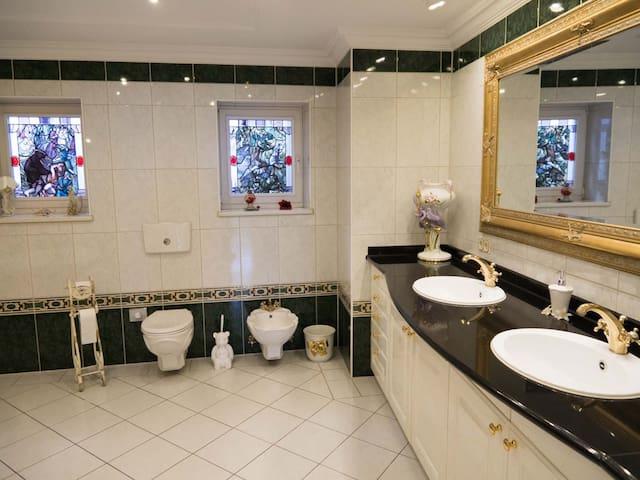 WC, Bidé. Bleiverglaste Fenster. Doppelwaschbecken