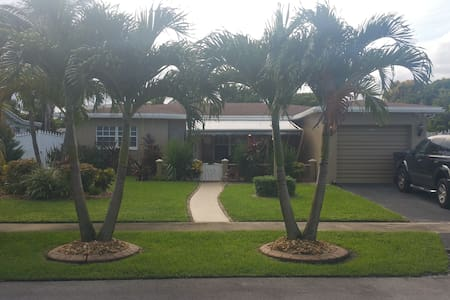WHOLE HOUSE  AWAITS YOUR ARRIVAL/  Heated Pool/Jac - Lauderdale Lakes - Hus