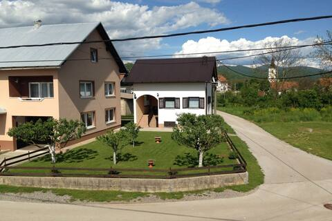 Geräumiges Ferienhaus in Lovinac in Seenähe