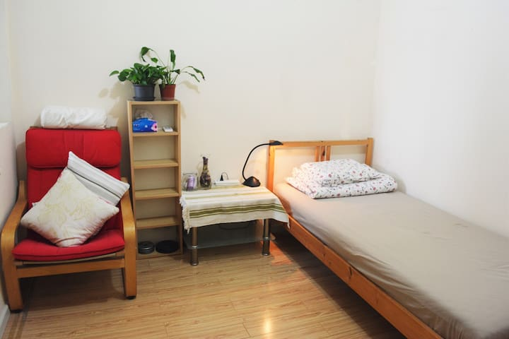 舒适的单人床 your bedroom with a single bed