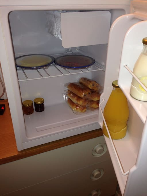 Breakfast, milk and juice in the fridge waiting for you when you arrive and freshened, refilled daily.