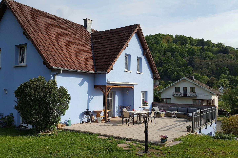 La maison avec la terrasse, vue du jardin.