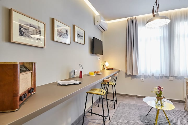 Live like a local in a Vintage 1bdr near Acropolis