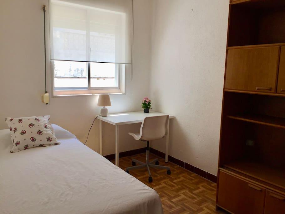 La habitación en su versión individual.  The room in its individual form.
