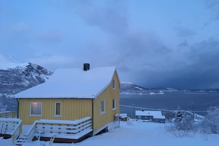 Gulhuset/ The yellow house - Lyngen - Dom