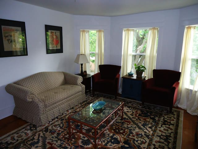 The Flat on Windsor, 2 blocks from downtown!