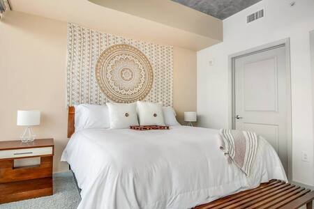 Rest and relax on hotel quality beds, draped in high count linens with plush pillows. Each bedroom boasts floor to ceiling windows and breathtaking Midtown Atlanta views.