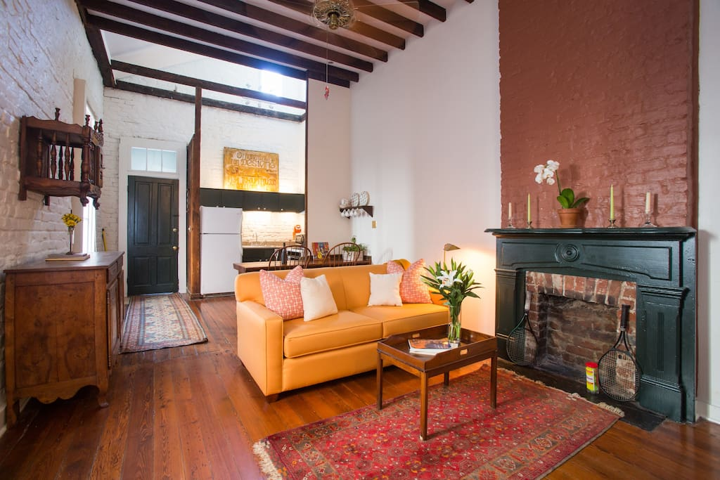 Newly renovated historic brick one-bedroom apartment: furnished with new sofa bed & antiques.