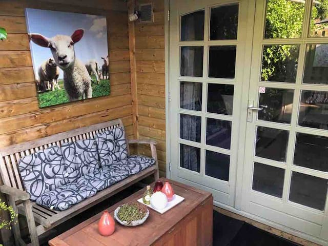 Gardenhouse with private entrance, WiFi and bikes