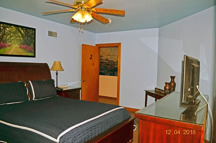 Queen Bed, walk in closet, sitting area.